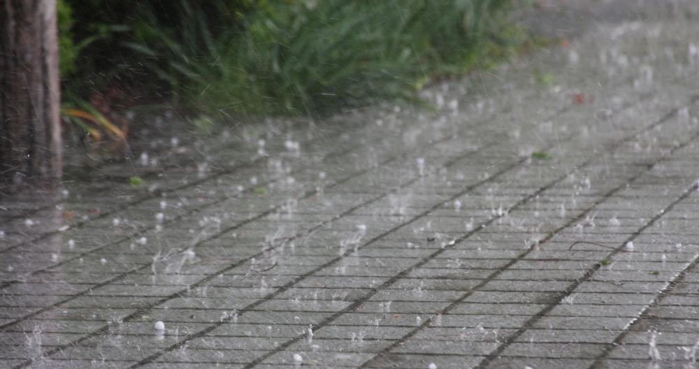 地面に降る雹