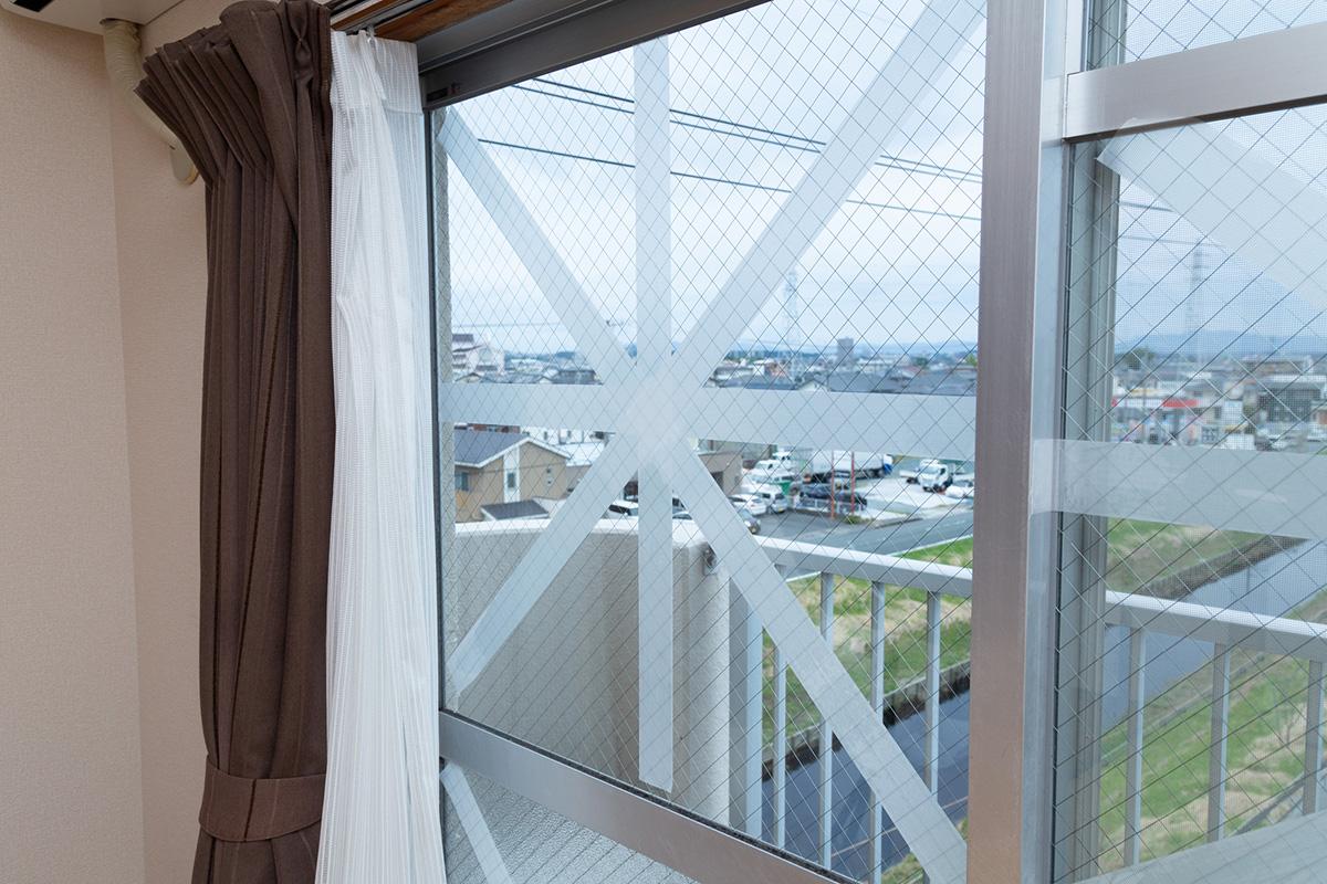 窓 補強 台風 ガラス